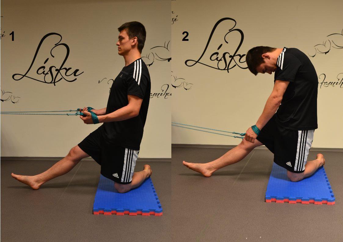 SM systém, cvik natiahnutie do predklonu v pozícii v kľaku. 1 Kľačíme na jednej nohe, predná noha je vystretá, sedacie svaly napnuté, panva podsadená, brušné svaly aktívne, trup a hlava vystreté v jednej osi.  2 S nádychom postupne rolujeme hlavu, krčnú chrbticu a prvé stavce hrudnej chrbtice dolu. Nádych smeruje bránicou do brucha. 1 S výdychom postupne zdola nahor napriamujeme chrbticu a vraciame sa do východiskovej polohy.  Pokročilý variant: - pokračujeme v rolovaní a rukami sa naťahujeme až ku chodidlu. Sklopením špičky vpred natiahneme lepšie zadnú časť stehna (hamstring), zdvihnutím špičky natiahneme lepšie lýtko.